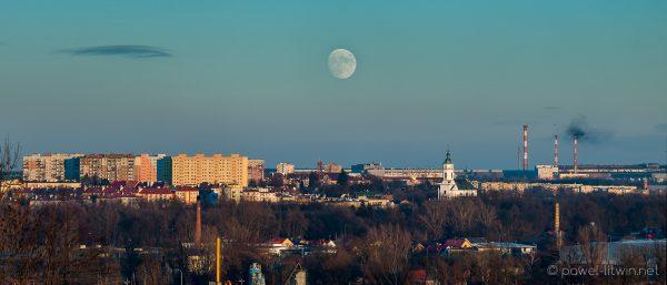 Pełnia księżyca nad Ostrowcem Świętokrzyskim