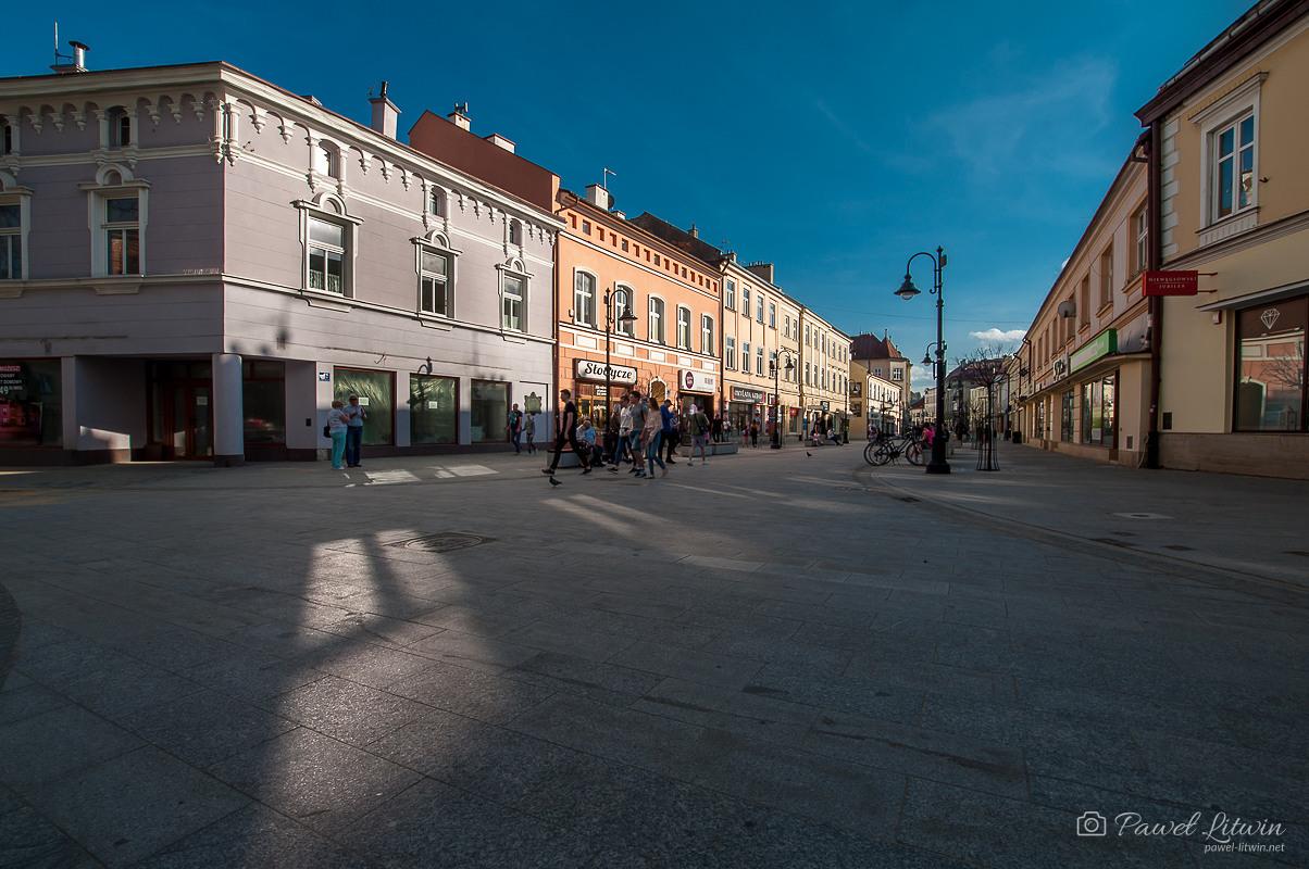 Ulica 3 maja w Rzeszowie, tuż przed zachodem słońca.
